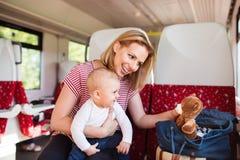 Barnmoderresanden med behandla som ett barn med drevet Arkivbild