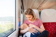 Barnmoderresanden med behandla som ett barn med drevet Royaltyfri Foto