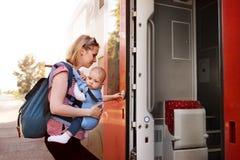 Barnmoderresanden med behandla som ett barn med drevet Arkivfoto