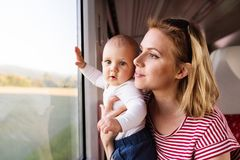 Barnmoderresanden med behandla som ett barn med drevet Royaltyfria Foton