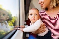 Barnmoderresanden med behandla som ett barn med drevet Royaltyfria Bilder