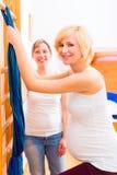 Barnmorska som gör havandeskapgymnastik för moder Royaltyfri Foto