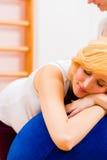 Barnmorska som ger före födseln omsorg för gravid moder Arkivfoton
