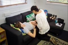 Barnmorskakontroller behandla som ett barn hjärtatakten och rörelse Fotografering för Bildbyråer