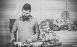 barnomsorg pre skolutbildning Familjen spelar begrepp Familjlek med konstruktionsplast-kvarter Royaltyfri Fotografi