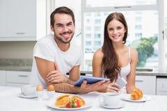 Barnpar genom att använda minnestavlan på frukosten Royaltyfria Bilder