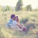 Barnpar har det romantiska datumet Arkivfoto