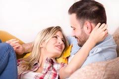 Barnpar i kram på soffan Fotografering för Bildbyråer