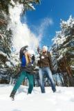 Barnpar i vinter Arkivfoto