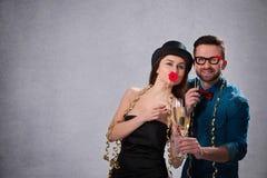 Barnpar med champagneflöjter royaltyfri fotografi