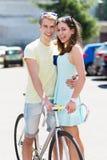 Barnpar med cykeln Royaltyfri Fotografi