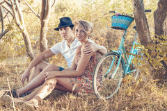 Barnpar med cykeln royaltyfri bild