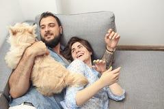 Barnpar med en hemmastadd hund Arkivfoton