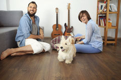 Barnpar med en hemmastadd hund Arkivbild