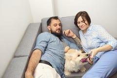Barnpar med en hemmastadd hund Royaltyfria Foton
