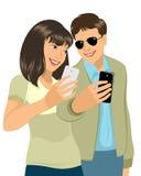 Barnpar med mobiltelefoner Royaltyfri Fotografi