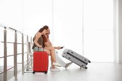 Barnpar med resväskor i flygplats royaltyfri bild