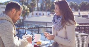 Barnpar med varmt kaffe Royaltyfria Foton