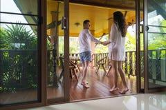 Barnpar på för hotell-, man- och kvinnavändkrets för terrass tropisk semester för ferie Arkivfoton