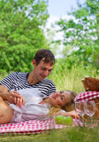 Barnpar på picknick Royaltyfri Fotografi