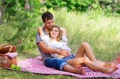 Barnpar på picknicken Fotografering för Bildbyråer