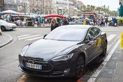 Barnpar som adimiring den härliga Teslaen, modellerar S Arkivfoto