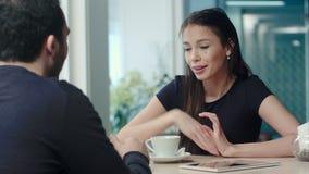 Barnpar som argumenterar i ett kafé stock video