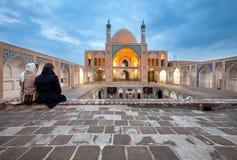 Barnpar som besöker den Agha Bozorgi moskén av den Kashan staden i Iran Fotografering för Bildbyråer