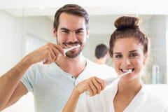 Barnpar som borstar deras tänder Arkivbild