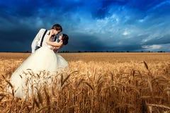 Barnpar som får att gifta sig i vetefält royaltyfria bilder