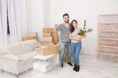 Barnpar som flyttar sig till den nya lägenheten Arkivfoton