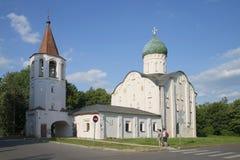 Barnpar som fotograferar medeltida kyrkliga Fedor Stratelates Velikiy Novgorod Royaltyfri Fotografi