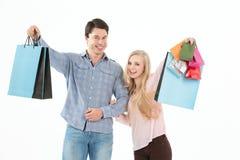 Barnpar som går med shoppingpåsar Royaltyfri Bild