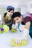 Barnpar som gör ren en tabell Arkivbild