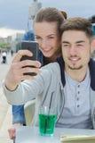 Barnpar som gör selfie på stångterrassen Arkivbilder