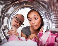 Barnpar som gör tvätterit Royaltyfri Foto