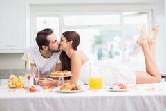 Barnpar som har en romantisk frukost Arkivbild