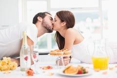 Barnpar som har en romantisk frukost Arkivfoton