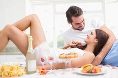 Barnpar som har en romantisk frukost Royaltyfria Bilder
