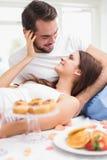 Barnpar som har en romantisk frukost Arkivfoto