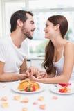 Barnpar som har en romantisk frukost Royaltyfria Foton