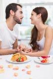 Barnpar som har en romantisk frukost Royaltyfri Fotografi