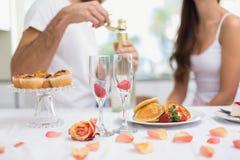 Barnpar som har en romantisk frukost Fotografering för Bildbyråer