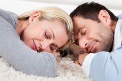 Barnpar som hemma sover Royaltyfri Fotografi