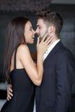 Barnpar som inomhus skrattar för kyss royaltyfria foton