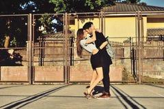 Barnpar som kramar och kysser som är utomhus- Fotografering för Bildbyråer