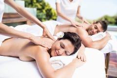 Barnpar som mottar en tillbaka massage från massör royaltyfri fotografi