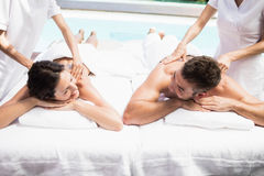 Barnpar som mottar en tillbaka massage från massör arkivbild