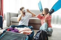 Barnpar som packar deras bagage för semester royaltyfria bilder