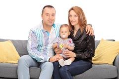 Barnpar som poserar med deras, behandla som ett barn dottern Fotografering för Bildbyråer